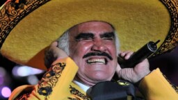 Vicente Fernández serious? Alejandro Fernández cries in full concert
