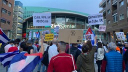 """""""He's a scoundrel and an opportunist"""": exiles protest in Madrid over Silvio Rodríguez concert"""