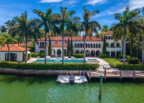 La maison dispose d'un ponton privé.  (Photo : Los Angeles Times)