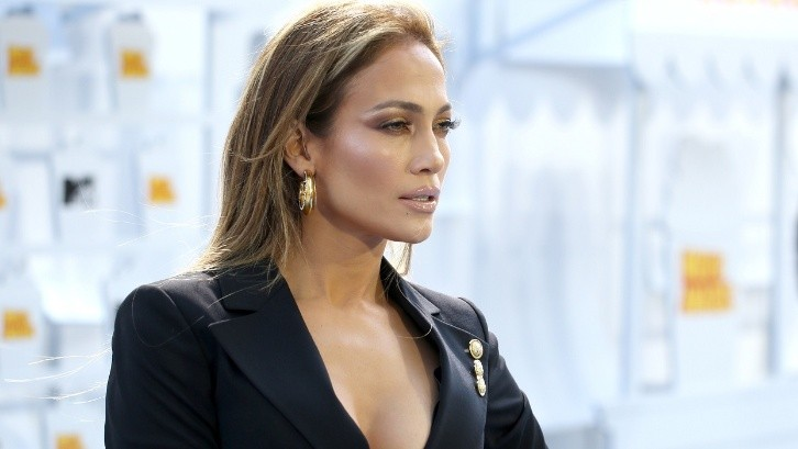 Jennifer Lopez wears the perfect outfit for fall with a