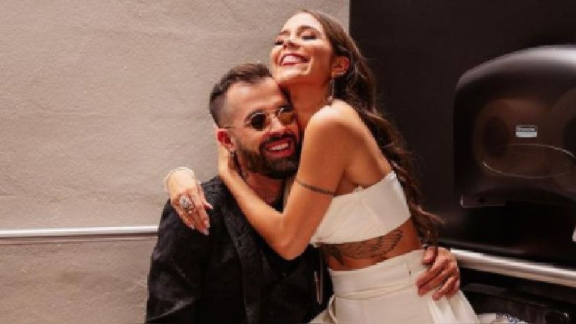 Mike Bahia asks Greeicy to marry him in full concert