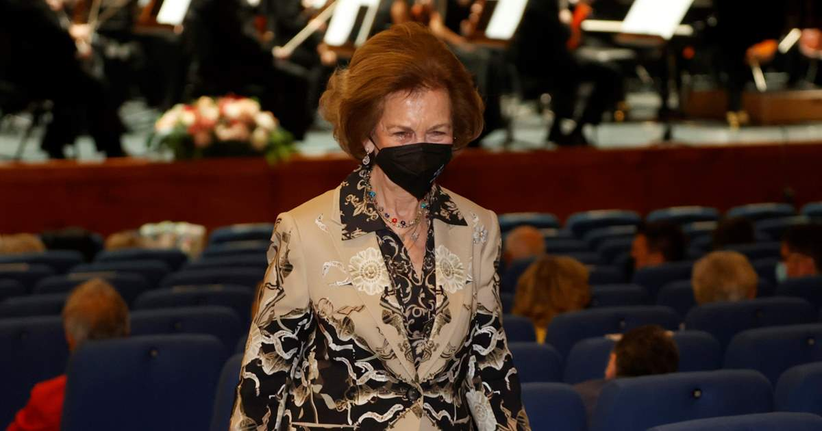 Queen Sofia recovers her essence with a daring look to