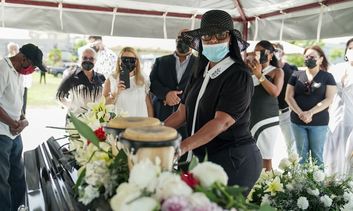 Roberto Roenas widow was harshly singled out at the funeral
